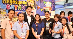 Mediacom President David Abrenilla (third from left) is flanked by entrepreneurs